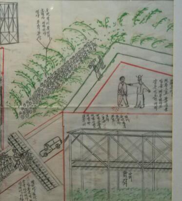포로수용소의 참혹한 실상을 표현한 그림 타이의 태면철도(泰緬鐵道) 건설 현장에서 포로 동원 일을 맡게 된 오행석 씨가 그린 포로수용소 실상. 사진 좌측 상단에 '영양부족, 부상, 호열자(콜레라), 마라리야(말라리아), 수만 명이 죽었다'고 적혀 있고, 그 아래엔 일본군이 사망자 시신을 골짜기에 던지는 장면이 묘사돼 있다.