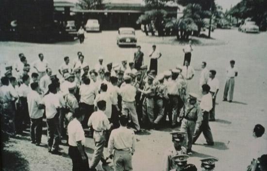 일본 총리관저 앞에서 항의하는 동진회 회원들 동진회 회원들이 1956년 일본 총리관저 앞에서 항의 농성을 벌이고 있다.