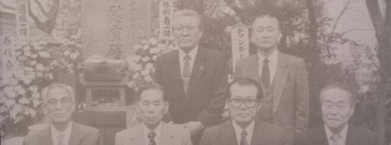 1991년 동진회 회원들이 일본 이케가미 혼문지에 모여 찍은 사진.