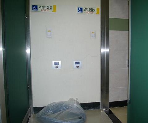 경남대학교 중앙도서관 1층에 위치한 장애인 전용 화장실 남자 화장실과 여자 화장실이 바로 앞에서 마주 보이는 구조다.