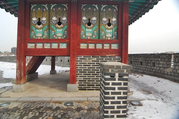 굴뚝 벽돌로 삼면을 막아 따듯하게 마련한 온돌방과 굴뚝