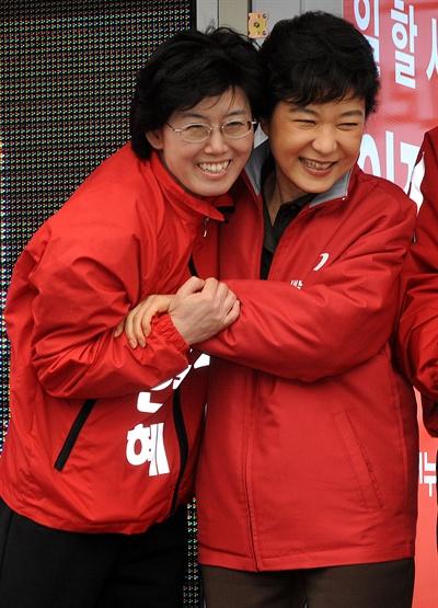 지난 2012년 3월 30일 대전역 광장에서 열린 새누리당 합동유세에 참석한 박근혜 중앙선대위원장이 최연혜 후보와 포즈를 취하고 있다.