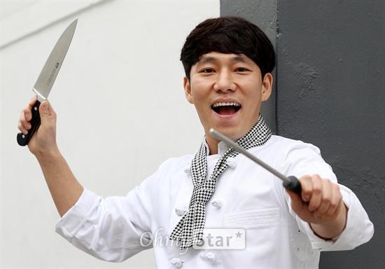 스타셰프 토니오가 5일 오후 서울 청담동 iok 컴퍼니에서 오마이스타와의 인터뷰에 앞서 포즈를 취하고 있다.