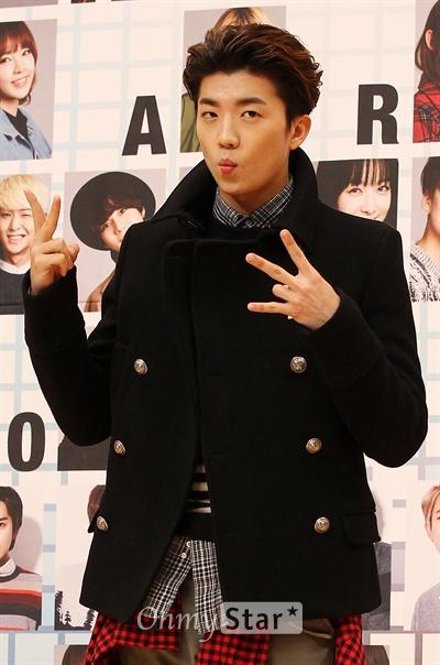 원조 짐승돌 우영, '귀엽게 브이'  18일 오후 서울 목동 SBS사옥에서 열린 <2013 SBS 가요대전 기자간담회 >에서 2PM 우영이 입술을 모은채 브이자를 그리고 있다. <2013 SBS 가요대전>은 '음악은 기적을 만든다'라는 콘셉트 아래 가수 34팀이 출연, 소외된 이웃을 돕기 위해 프렌드십 프로젝트라는 이름으로 제작된 곡인 < You are a Miracle (김형석 작곡) >을 공개하며 음원수익 전액을 기부할 예정이다. 또한 2PM 우영과 에이핑크 나은이 드라마 <주군의 태양>을, 걸스데이 민아와 샤이니 태민이 드라마 <상속자들>을 새롭게 해석한 신개념 뮤직드라마를 선보인다.12월 29일 일요일 저녁 8시45분 방송.