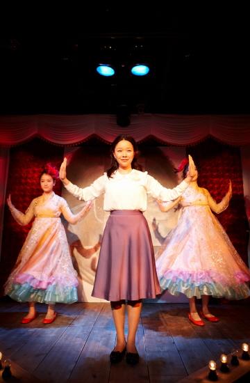 귀여운 율동을 섞어가며 맑은 목소리로 북한가요들을 부르는 목란(정운선)의 모습에 태산과 태강의 마음이 서서히 열리듯, 관객들도 넋을 놓은 채 바라본다.