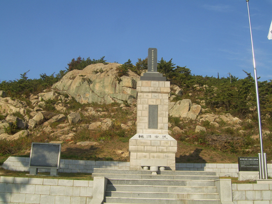 교장바위와 추모탑 동학농민혁명 당시 동학군 패잔병들이 일본군에게 타살 당했던 태안읍 백화산 교장바위 아래에 1976년 '갑오동학농민혁명군추모탑'이 세워졌다.