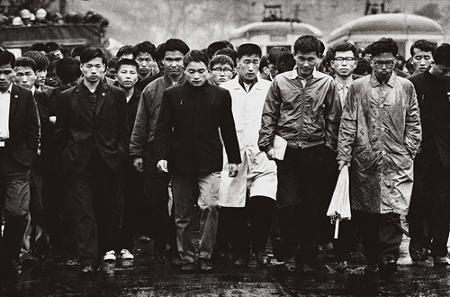 가랑비를 맞으며 한일회담 반대 침묵시위를 벌이는 대학생들(1965. 8. 27.)