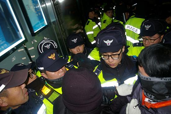 노숙농성을 위한 스티로폼을 경찰이 파손해, 시민들과 경찰 사이에 실랑이가 벌어지고 있다.
