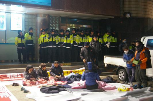 시민 30여 명이 경남도당 새누리당 당사 앞에서 농성을 이어가고 있다.