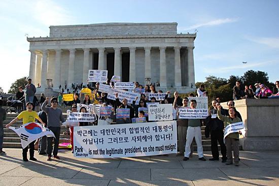 링컨기념관 앞에서의 부정선거 규탄 시위 지난 21일(미국 현지시각) 워싱턴에서 열린 '부정당선 1년, 박근혜 사퇴촉구 연속 시국집회'