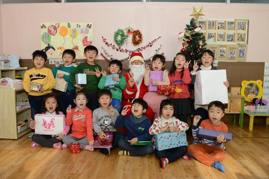 산타클로스 산타클로스 할아버지로부터 선물을 받은 아이들이 해맑은 표정을 지으며 기념사진을 찍고 있다.