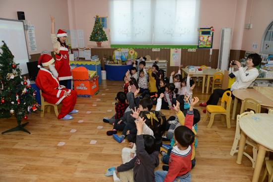 선생님 아이들이 산만하고 집중이 되지 않자, 원장선생님이 나서고 아이들은 손을 들며 환호하고 있다.