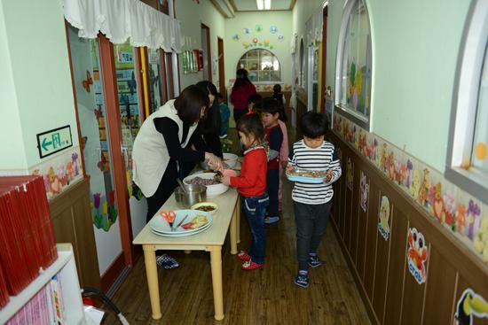 점심 점심시간이 되자 아이들이 배식을 받고 있다.