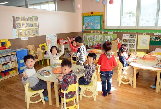 점심 아이들이 교실에 앉아 맛있게 점심을 먹고 있다.