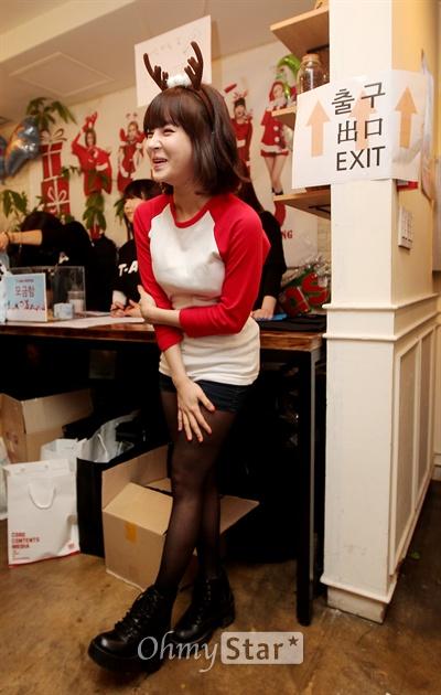 """티아라 보람, '자선바자회 즐거우셨어요?""""'  걸그룹 티아라 주최로 24일 오후 서울 강남구 논현동의 한 카페에서 열린 '크리스마스 불우이웃돕기 자선 바자회'에서 보람이 안내를 하며 웃고 있다."""