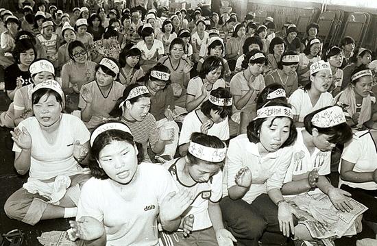 신민당사에서 농성중인 YH무역 여공들 1979년 8월 10일 신민당사에서 농성중인 YH무역 여공들.