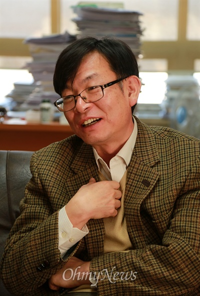 김상조 교수가 24일 오전 서울 성북구 한성대 교수연구실에서 <오마이뉴스> 기자와 인터뷰를 하고 있다.