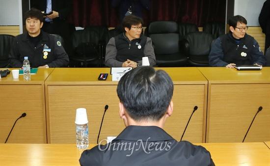 어색함 흐르는 코레일 노사 협상 테이블 철도파업 18일째인 26일 오후 코레일 노사 실무자들이 서울 용산구 한국철도서울본부에서 '노사현안실무협의'를 시작했다.