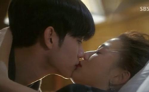 <별에서 온 그대>에서 도민준(김수현 분)과 천송이(전지현 분)의 로맨스가 본격화되고 있다.