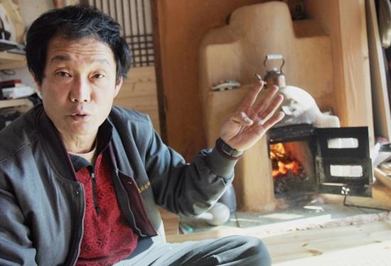 김태경씨가 개발한 방안에 설치한 아궁이(미소1호). 구들은 물론 벽난로 역할까지 해낸다.