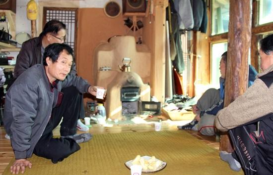 김태경씨가 만든 아궁이와 난로를 직접 확인하기 위해 인근 주민들이 찾아오고 있다.