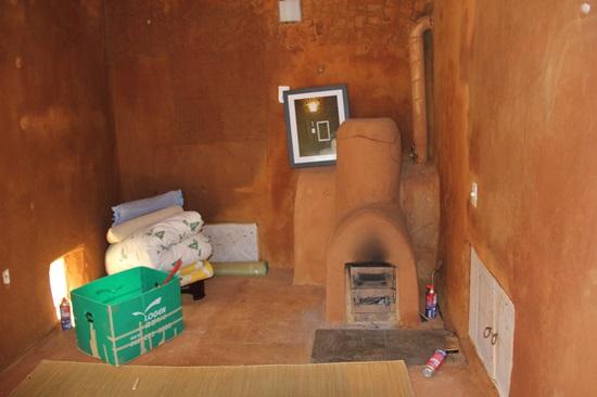 개발한 개량아궁이와 공기순환 원리를 적용한 창문을 갖춘 흙집.