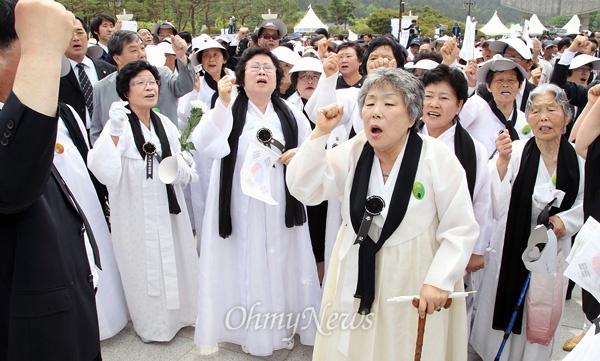 [2013오마이포토] '임을 위한 행진곡' 부르는 5.18 유가족들 5월 18일 광주광역시 북구 운정동 국립 5·18민주묘지에서 열린 '제33주년 5·18 민주화운동 기념식'에서, 오월어머니회 등 5.18단체 회원들이 '임을 위한 행진곡' 제창 무산에 항의하며 노래를 합창하고 있다.