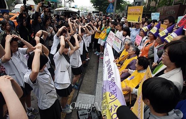 [2013오마이포토] 손녀같은 여고생들 율동지켜보는 위안부 피해자 할머니들 5월 29일 오전 서울 종로구 일본대사관 앞에서 열린 '일본 위안부 문제 해결을 위한 1076차 수요집회'에서 충남 대천여자고등학교 한국사동아리 학생들이 위안부 피해자 할머니들에게 손으로 하트모양을 만들며 응원하고 있다.