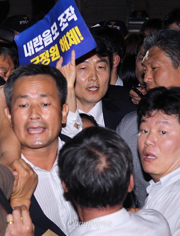 [2013오마이포토] 국정원 직원에 끌려가는 이석기 의원 내란음모 혐의를 받고 있는 이석기 통합진보당 의원의 체포동의안이 가결된 9월 4일 오후 국회의원회관에 있던 이 의원이 국정원의 구인영장 집행에 응하고 있다.