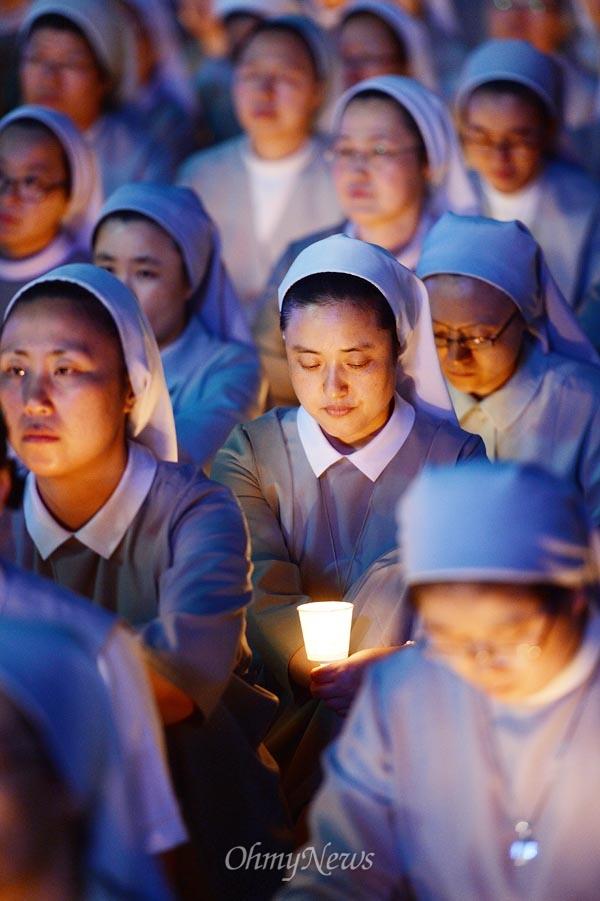 [2013오마이포토] 시국미사에 참여한 '촛불' 수녀 9월 23일 오후 서울광장에서 천주교정의구현사제단 주최로 '국정원 해체 민주주의 회복 시국미사'가 열리는 가운데, 한 수녀가 촛불을 들고 미사에 참여하고 있다.