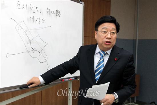 권선택 전 국회의원이 30일 대전도시철도 2호선 건설방식에 대한 자신의 생각을 밝히고 있다.