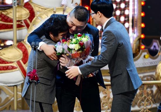 3년 간의 도전 끝에 김병만이 <2013 SBS 연예대상>에서 대상을 받았다. 함께 후보에 올랐던 강호동과 유재석이 김병만에게 축하 인사를 건네고 있다.