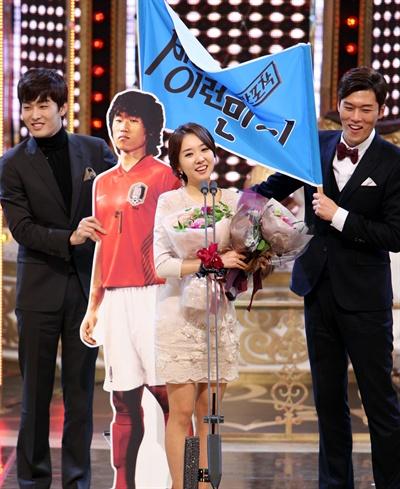 김민지 아나운서가 <2013 SBS 연예대상>에서 아나운서상을 받았다.