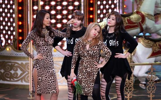 이효리가 <2013 SBS 연예대상>에서 마련된 <웃찾사>의 '나쁜 기집애' 코너에 특별 출연했다.