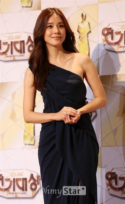 이보영, '품절녀라는게 믿기지 않아' 31일 오후 서울 상암동 SBS 프리즘타워에서 열린 <2013 SBS 연기대상> 레드카펫에서 배우 이보영이 미소를 짓고 있다.