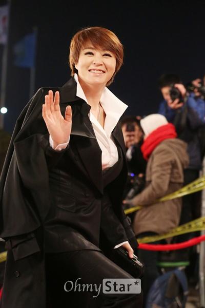 레드카펫의 신 김혜수 배우 김혜수가 31일 서울 여의도 KBS에서 열린 <2013 KBS연기대상>에 앞서 레드카펫으로 입장하고 있다.