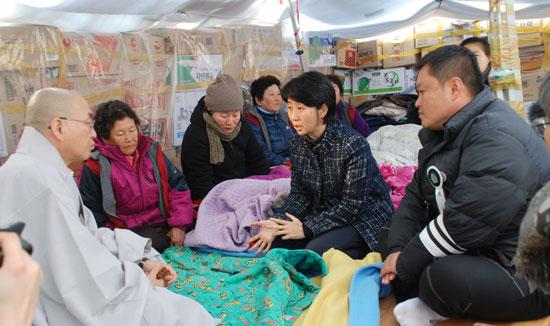 문정선 밀양시의원이 송전탑으로 고통받는 주민들의 사연을 풀어내고 있다.