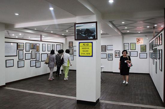 배삼준 회장 소유의 속초이스턴관광호텔에 마련된 '독도역사자료전시관' 내부 모습