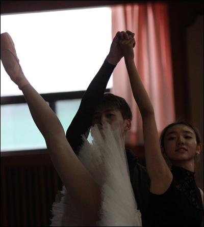 심현희 발레리나가 아름다운 발레 연기를 선보이고 있다