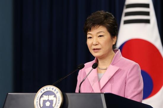 박근혜 대통령이 6일 오전 청와대 춘추관에서 취임 후 첫 신년 내외신 기자회견을 갖고 집권 2년차 국정운영 구상을 발표하고 있다.