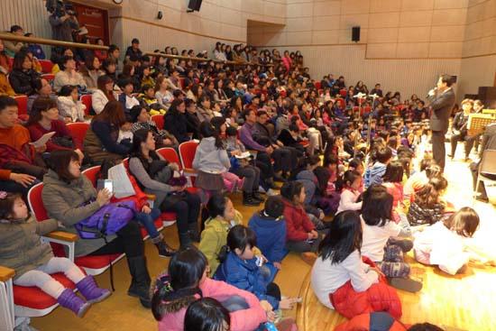 월요음악회 700회 기념 음악회에서 인사말을 하는 박영린 예술감독