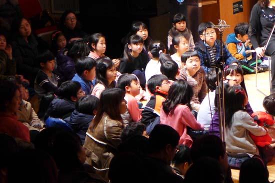 월요음악회 700회 공연, 무대위에서 음악에 몰두하는 어린이들