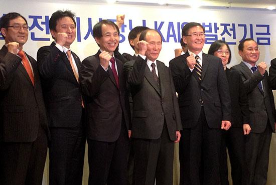 10일 오전 리츠칼튼호텔에서 열린 발전기금 약정식에서 정문술 전 KAIST 이사장(가운데)이 강성모 총장(오른쪽), 이광형 교수(왼쪽), 김영환 민주당 의원(왼쪽 두번째) 등과 기념 촬영을 하고 있다.