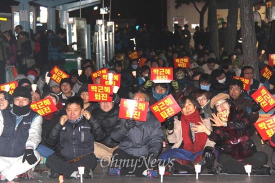 """경남비상시국회의, 경남진보연합 등 단체들은 10일 저녁 창원 정우상가 앞에서 """"민주주의 수호 경남촛불문화제""""를 열었다."""