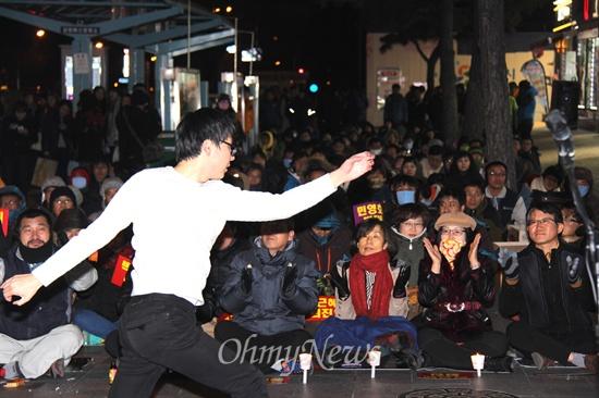 """경남비상시국회의, 경남진보연합 등 단체들은 10일 저녁 창원 정우상가 앞에서 """"민주주의 수호 경남촛불문화제""""를 열었는데, 청년활동가 김지현씨가 노동가요에 맞춰 율동을 선보이고 있다."""