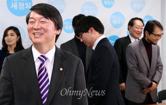 안철수 의원이 15일 오전 서울 여의도 새정치추진위원회 사무실에서 새로 합류한 추진 위원들과 환담하고 있다.