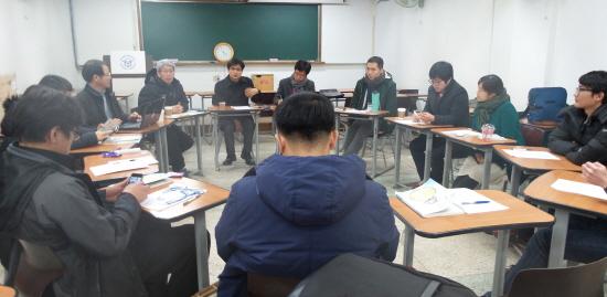 15일 오후 전국역사교사모임 지역 대표 등 역사교사들이 토의를 벌이고 있다.