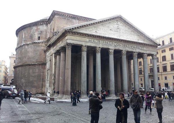 로마 판테온 로마 건축의 걸작품인 이 판테온은 2세기 초 하드리아누스 때 만들어진 것이지만 원래는 이곳에 아그리파가 만든 것이 있었다. 판테온 현관 주랑 위에 아그리파의 이름이 보인다. 다시 세워진 신전이었지만 하드리아누스 황제는 원 건축주인 아그리파의 이름을 남겼다.