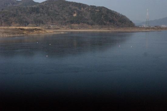 4대강사업으로 호수가 된 낙동강 해평습지의 모습. 위 사진과 같은 곳에서 찍은 모습이다. 철새 한 마리 없는 해평호수의 모습이다. 2014년 1월 촬영