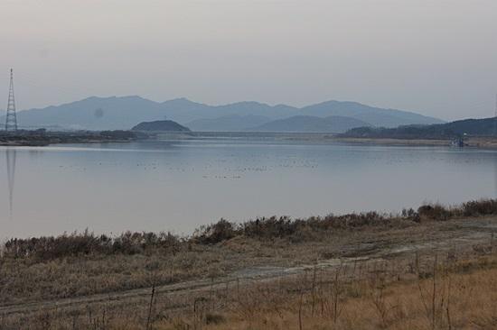 4대강사업 후 드넓은 호수로 변해버린 해평습지. 철새가 사라진 해평습의 황량한 모습이다. 2012년 12월.